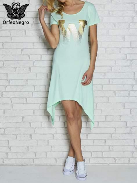 Miętowa sukienka z asymetrycznymi bokami i złotą literą W