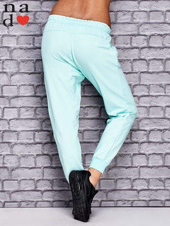 Miętowe spodnie dresowe z zasuwaną kieszonką                                  zdj.                                  2