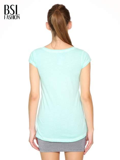 Miętowy t-shirt z cekinowym krzyżem                                  zdj.                                  4