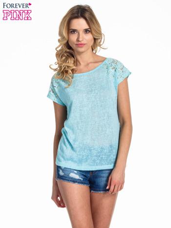 Miętowy t-shirt z koronkowymi rękawami i gwiazdkami                                  zdj.                                  1