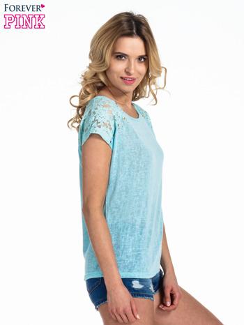 Miętowy t-shirt z koronkowymi rękawami i gwiazdkami                                  zdj.                                  3