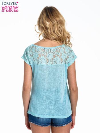 Miętowy t-shirt z koronkowymi rękawami i gwiazdkami                                  zdj.                                  4