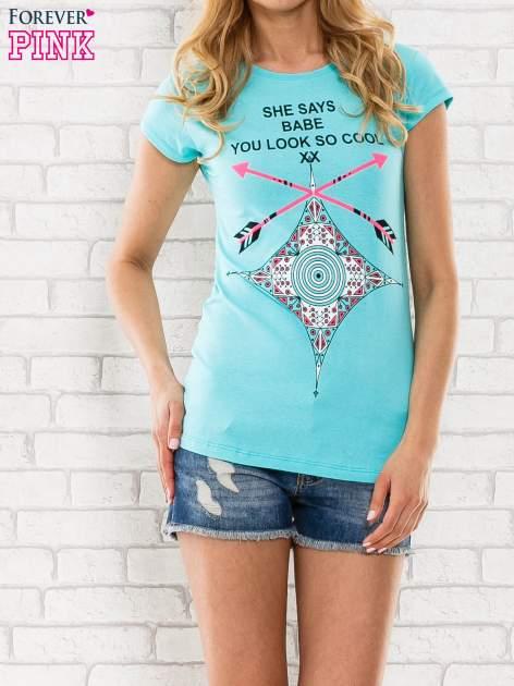 Miętowy t-shirt z napisem SHE SAYS BABE YOU LOOK SO COOL XX                                  zdj.                                  1