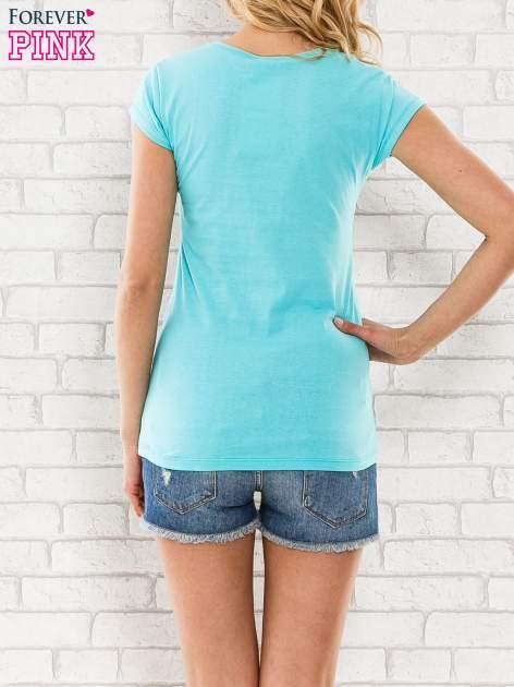 Miętowy t-shirt z napisem SHE SAYS BABE YOU LOOK SO COOL XX                                  zdj.                                  4