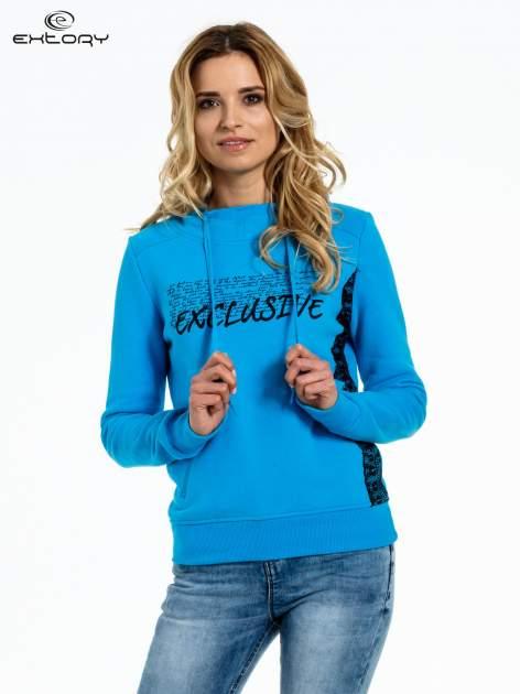Niebieska bluza sportowa z kapturem i koronką