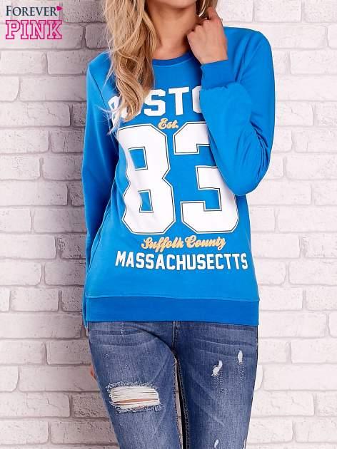 Niebieska bluza z napisem BOSTON 83                                  zdj.                                  1