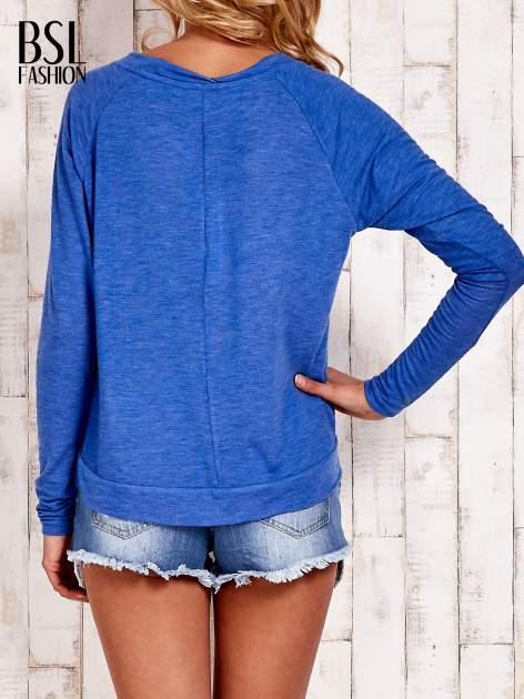 Niebieska bluzka basic z dekoltem w serek                                  zdj.                                  4