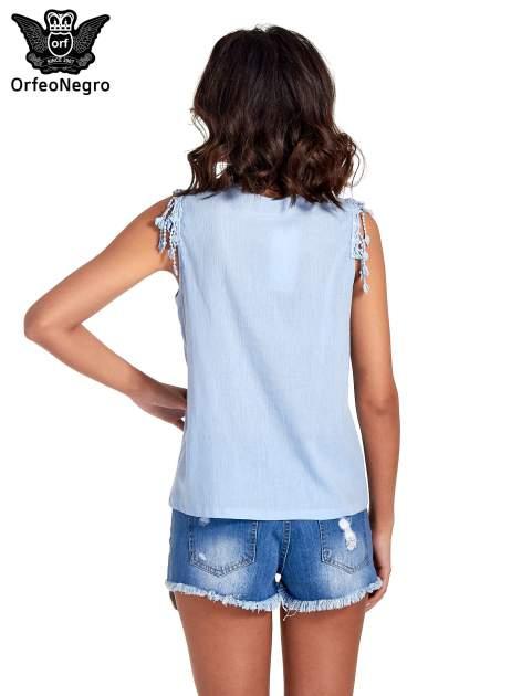 Niebieska bluzka koszulowa z frędzlami przy dekolcie                                  zdj.                                  4