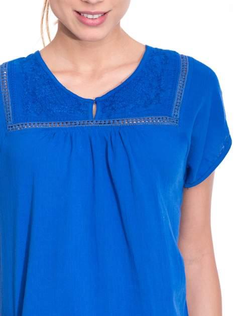 Niebieska bluzka koszulowa z haftem i ażurowaniem przy dekolcie                                  zdj.                                  5