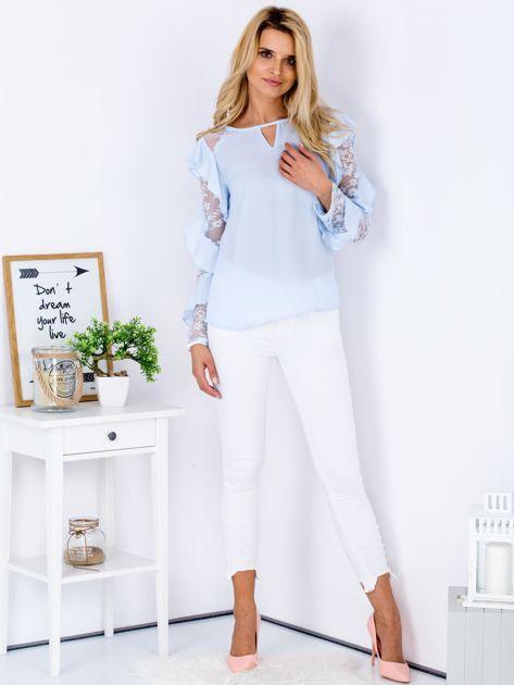 Niebieska bluzka z falbanami i koronkowymi rękawami                                  zdj.                                  4