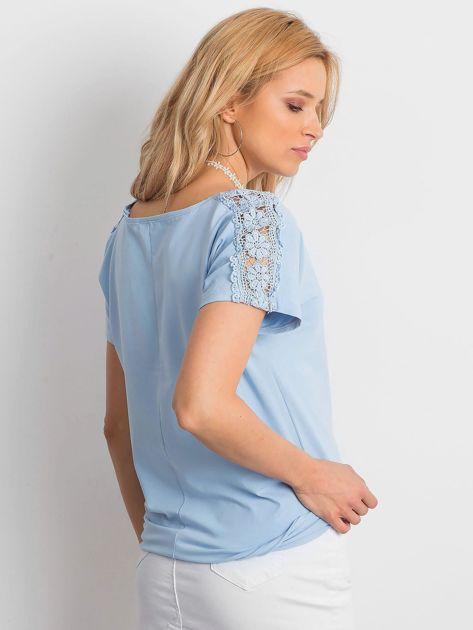 Niebieska bluzka z koronkową kieszonką                              zdj.                              2