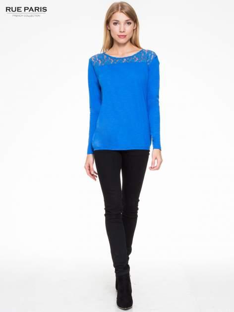 Niebieska bluzka z koronkowym karczkiem                                  zdj.                                  2