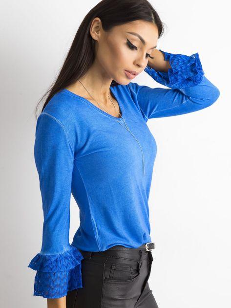 Niebieska bluzka z koronkowymi rękawami                              zdj.                              3