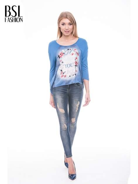 Niebieska bluzka z kwiatowym nadrukiem i rękawami 3/4                                  zdj.                                  2