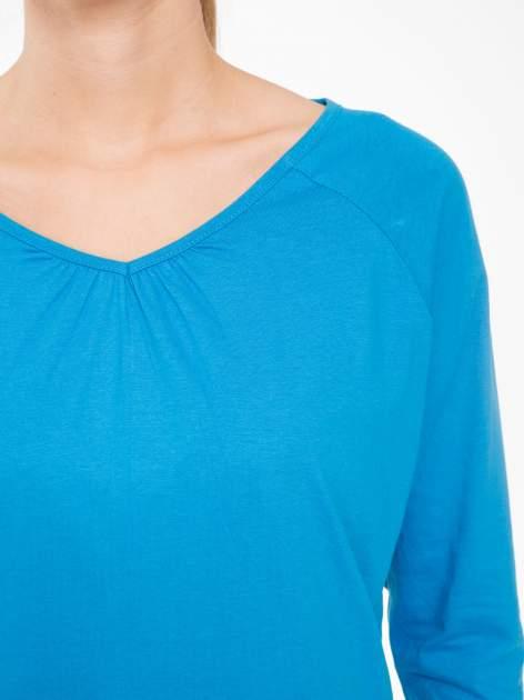 Niebieska bluzka z marszczonym dekoltem i rękawkami 3/4                                  zdj.                                  5