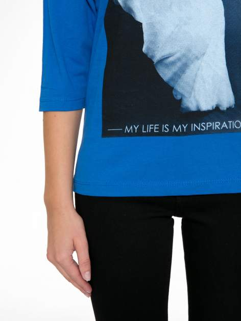 Niebieska bluzka z nadrukiem kobiety i napisem UNIQUE                                  zdj.                                  7
