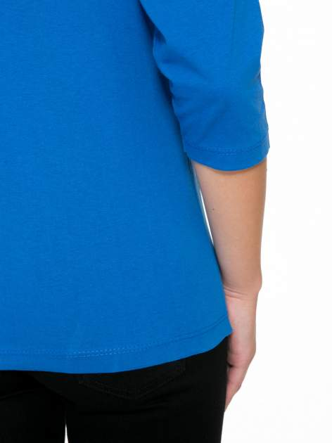 Niebieska bluzka z nadrukiem kobiety i napisem UNIQUE                                  zdj.                                  9