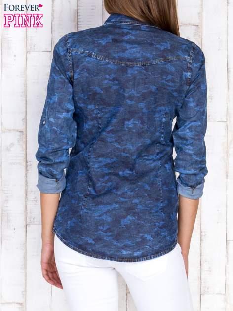 Niebieska damska koszula jeansowa w moro                                  zdj.                                  4