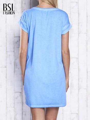 Niebieska dekatyzowana sukienka z cekinowym słonecznikiem                                  zdj.                                  2
