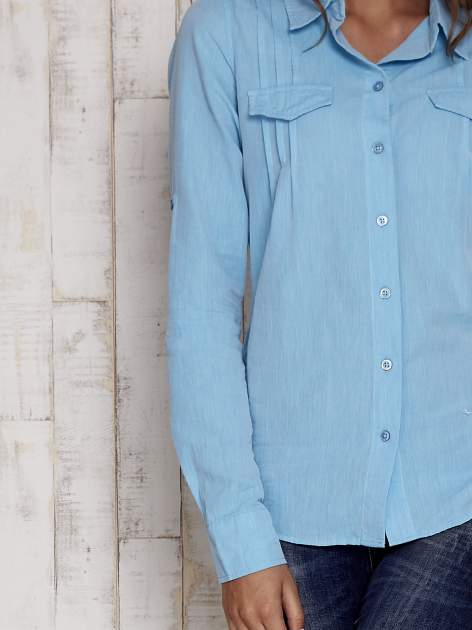 Niebieska koszula a la denim z podwijanymi rękawami                                  zdj.                                  6