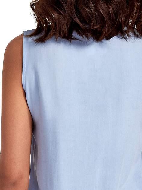 Niebieska koszula bez rękawów z kolorowym haftem na górze                                  zdj.                                  6