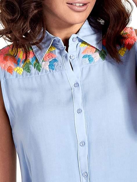 Niebieska koszula bez rękawów z roślinnym haftem na górze                                  zdj.                                  5