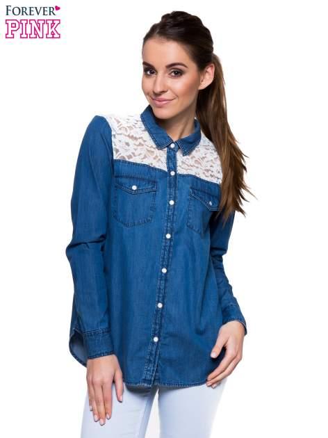 Niebieska koszula jeansowa z koronkową wstawką