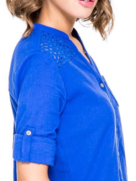 Niebieska koszula z ażurowaniem na górze i kieszonką                                  zdj.                                  6