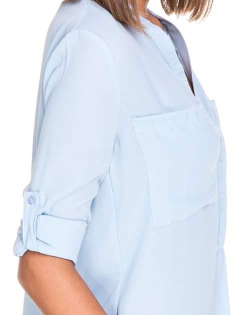 Niebieska koszula z dużymi kieszeniami i dekoltem w serek                                  zdj.                                  6