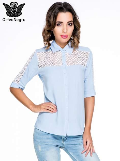 Niebieska koszula z rękawem do łokcia i koronką