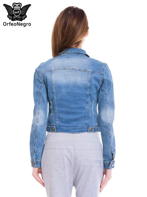 Niebieska kurtka jeansowa damska z efektem gniecenia                                  zdj.                                  4