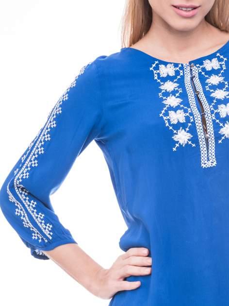Niebieska luźna koszula z haftem                                  zdj.                                  5