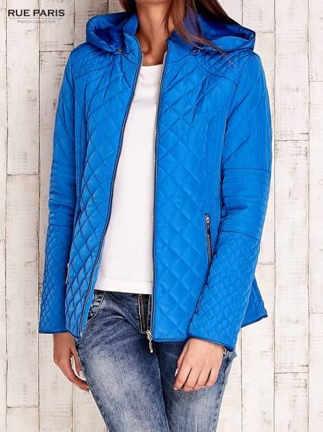 Niebieska pikowana kurtka z kapturem w stylu husky                                  zdj.                                  4