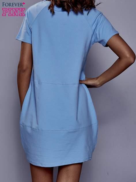 Niebieska sukienka dresowa z kieszenią z boku                                  zdj.                                  4