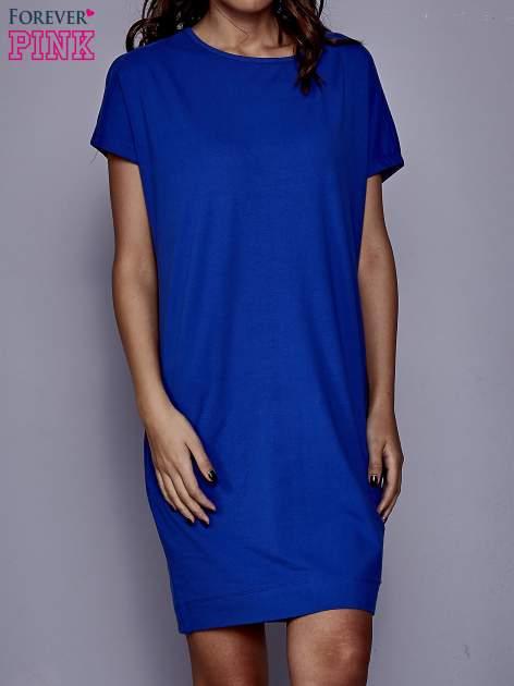 Niebieska sukienka dresowa z kieszeniami po bokach                                  zdj.                                  1