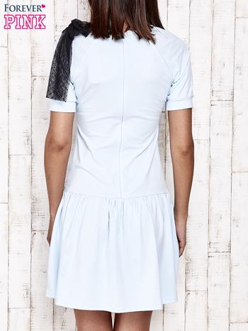 Niebieska sukienka dresowa z kokardą z tiulu                                  zdj.                                  5