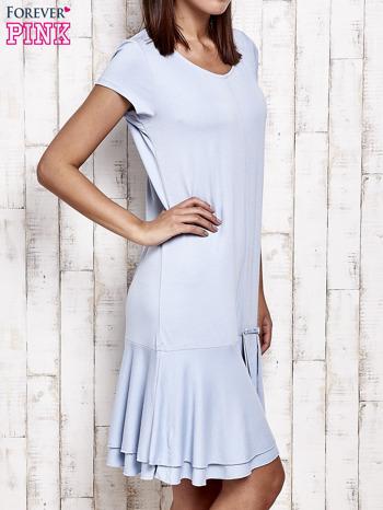 Niebieska sukienka dresowa z ozdobną falbaną                                  zdj.                                  3