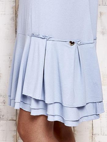 Niebieska sukienka dresowa z ozdobną falbaną                                  zdj.                                  5