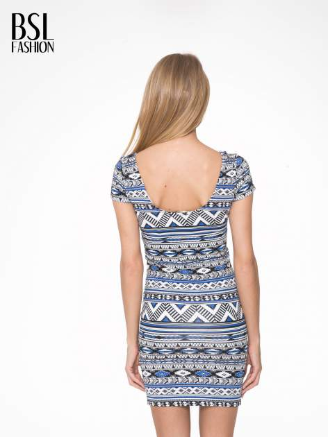 Niebieska sukienka tuba w azteckie wzory                                  zdj.                                  4