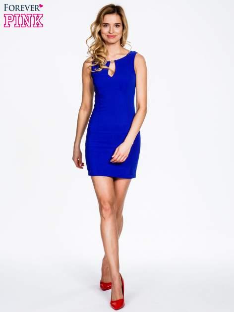 Niebieska sukienka z wycięciem na dekolcie                                  zdj.                                  2