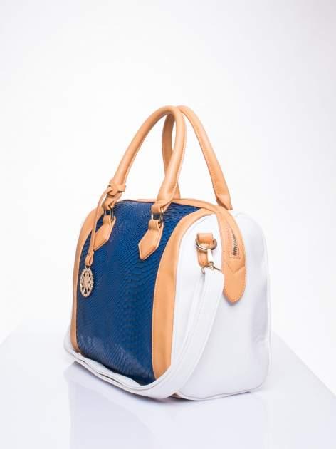 Niebieska torba z motywem skóry węża i ozdobną zawieszką                                  zdj.                                  3