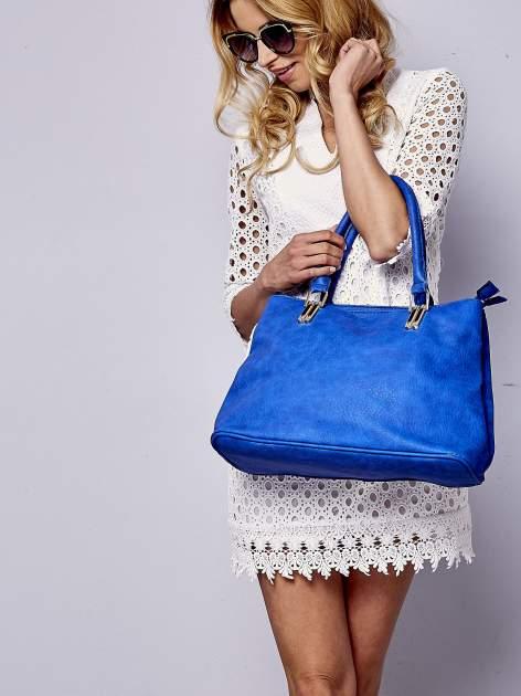Niebieska torebka ze złotymi okuciami z kryształkami
