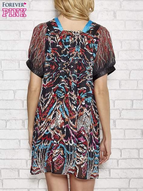 Niebieska wzorzysta sukienka z kamieniami                                  zdj.                                  2