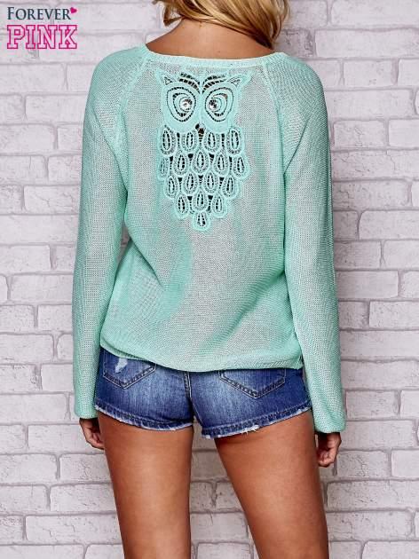 Niebieski błyszczący sweter z haftem sowy z tyłu                                  zdj.                                  4