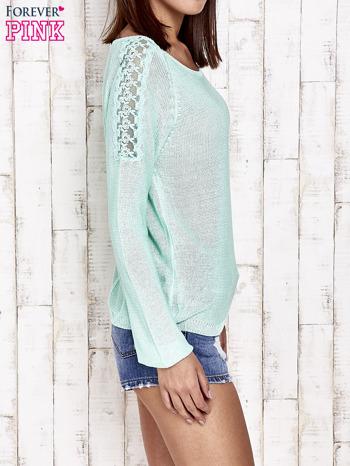 Niebieski błyszczący sweter z koronkowymi wstawkami                                  zdj.                                  3