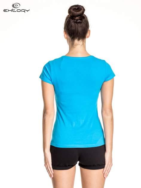Niebieski damski t-shirt sportowy z dekoltem U                                  zdj.                                  2