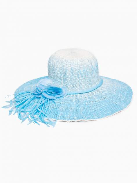 Niebieski kapelusz słomiany z dużym rondem i kwiatem                                  zdj.                                  2