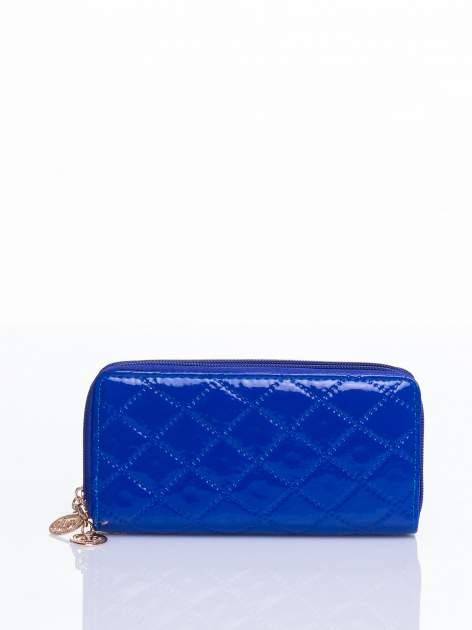Niebieski lakierowany pikowany portfel                                  zdj.                                  3