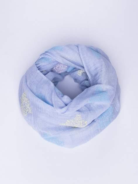 Niebieski lekki szal z delikatnym haftem