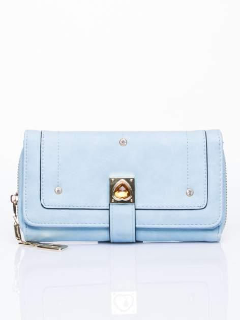 Niebieski portfel z dżetami i ozdobnym zapięciem